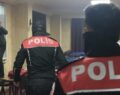 Polisi görünce ikinci kattan atlayıp düz duvara tırmandılar