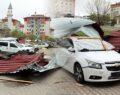 Çatılar uçtu, çok sayıda araç hasar gördü