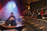 Kent tiyatrosu kuş öpücüğü ile sahnede