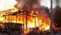 İki ev yanarak kül oldu