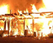 Çıkan yangında ev küle döndü